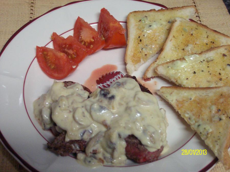 Rinderfilet mit Knoblauchtoast und Champignonsoße